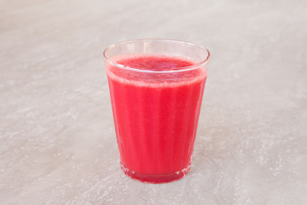 Fotografia di un bicchiere di succo di pomodoro