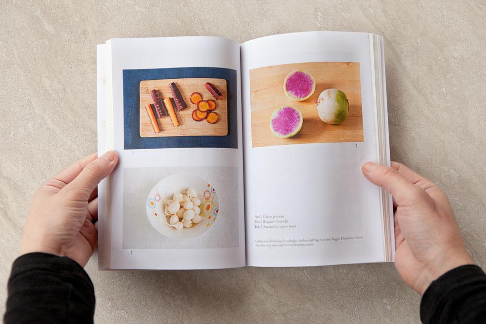 Foto di un libro con immagini di verdure antiche