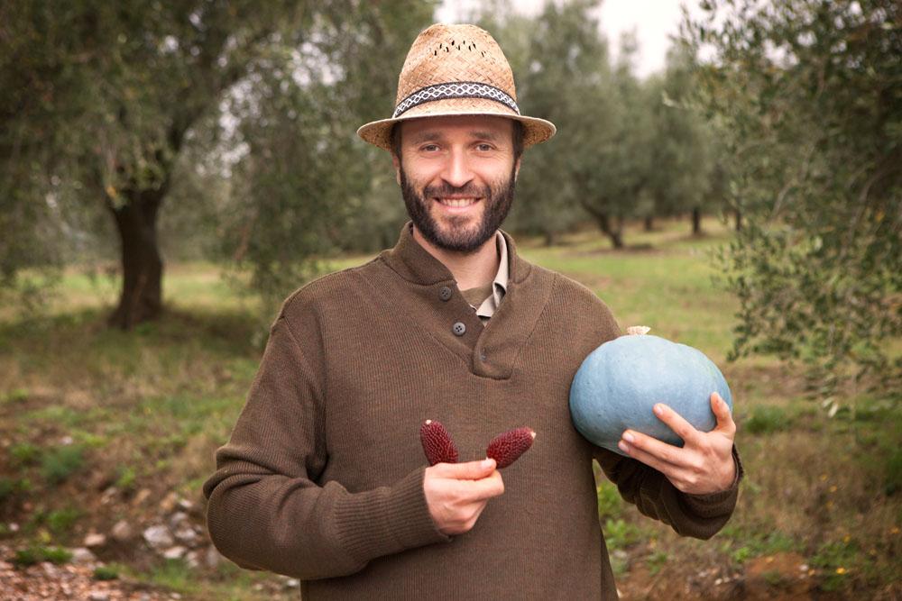 Foto di un contadino con verdure antiche