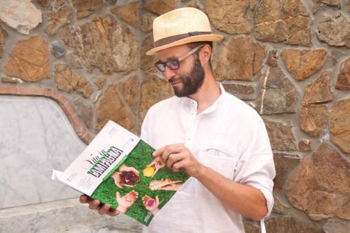 Foto di Fabiano leggendo Vita in Campagna